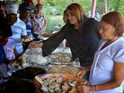 Arelis Encarnación lleva almuerzo Navideño a residentes del Naranjo de Las Matas de Farfan
