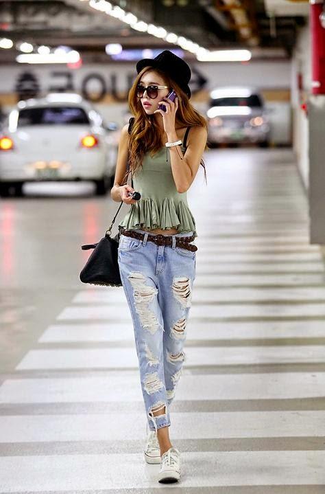 Moda de rua -  Top de franjas e calças de ganga rasgadas