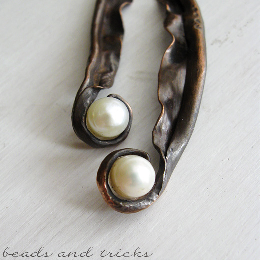 Orecchini in rame forgiato a mano e perle