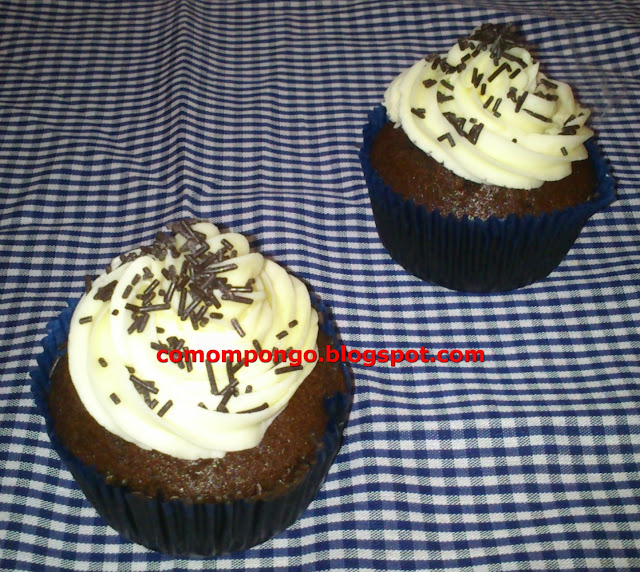 Cupcakes de chocolate con gotas de chocolate blanco