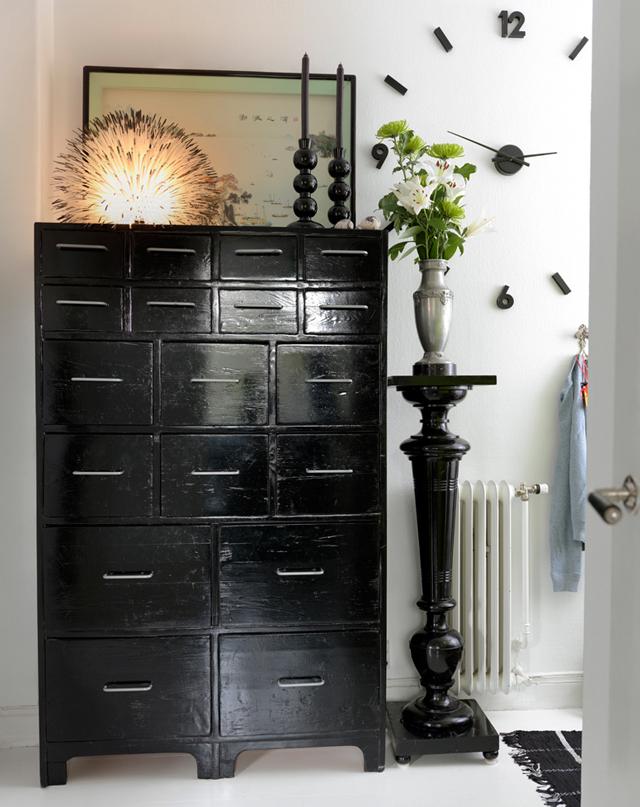 decorar un estudio con muebles vintage antiguos -gabinete negro pintado y pedestal