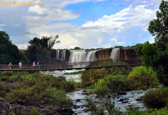 Cầu treo qua thác nước