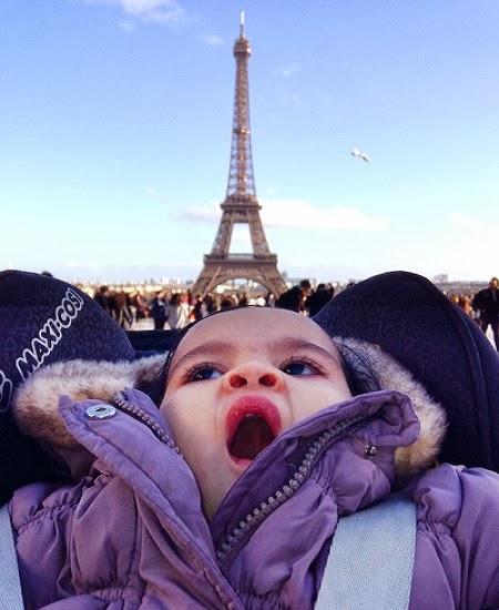 Photo bébé mignon en tour Eiffel à paris