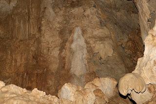 Batu berbentuk wanita di gua batu cermin