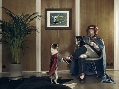 abuela super heroe con casco leyendo una revista