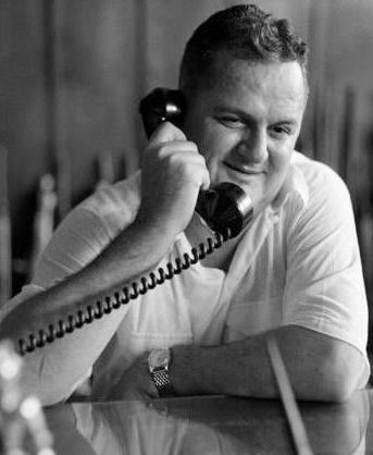 José Antonio Remón Cantera hablando por teléfono