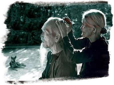 Các cụ ngồi nhổ tóc bạc cho nhau