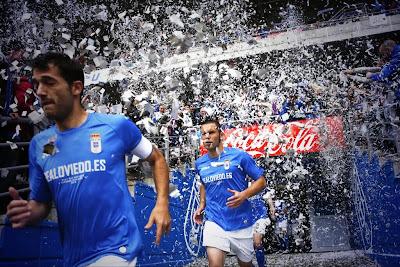 Jugadores a la salida del tunel de vestuarios, con el confeti del tifo realizado por Symmachiarii