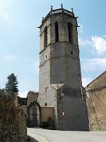 Imatge del campanar i la porta d'entrada al cementiri de l'església de Sant Quirze i Santa Julita