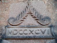 Detall de la inscripció amb la data de reconstrucció de Sant Pere de Monistrol