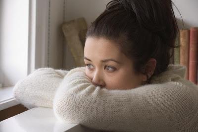 كيف تتخلصين من التوتر والاكتئاب وتستمتعين بحياتك - امرأة بنت فتاة مكتئبة حزينة متوترة - sad depressed woman girl