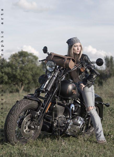Mulher com jeans de moto, gostosa de jeans, mulher de jeans com moto,
