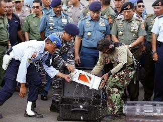 Mergulhadores retiram do mar uma caixa-preta do avião da AirAsia