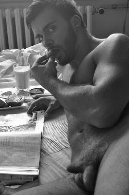 Machos que duermen desnudos