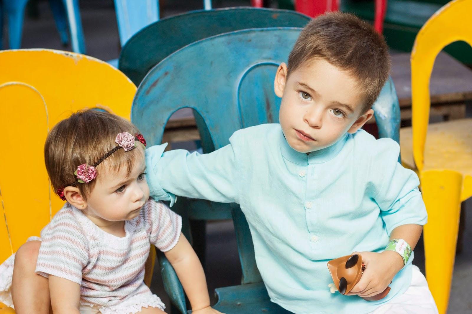 Anibal y Akira sentados esperando el tren