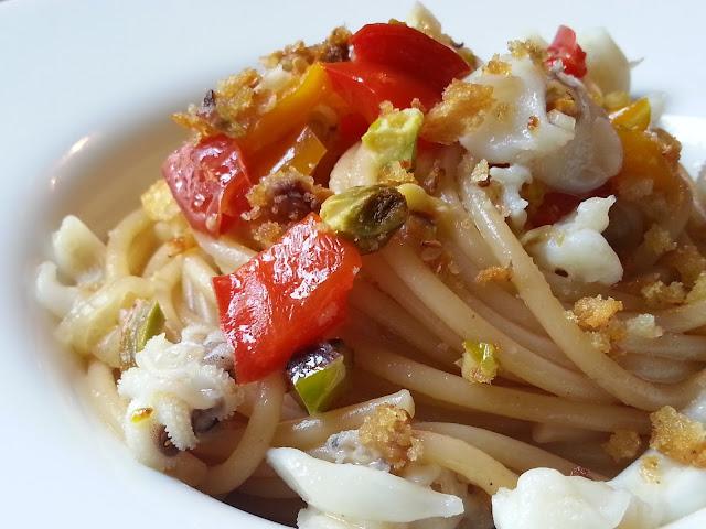 Fatemi cucinare spaghetti seppie e peperoni con crumble ai pistacchi - Cucinare i peperoni ...