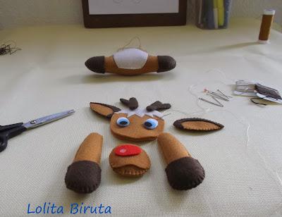 Costurando uma rena de nariz vermelho para o natal