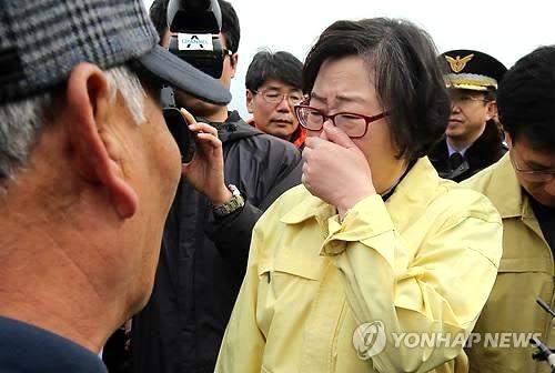 Yoon Jin-sook tapándose la nariz en Yeosu