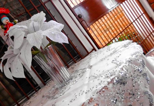 Mantel Navideño y flores de Pascua Blancas