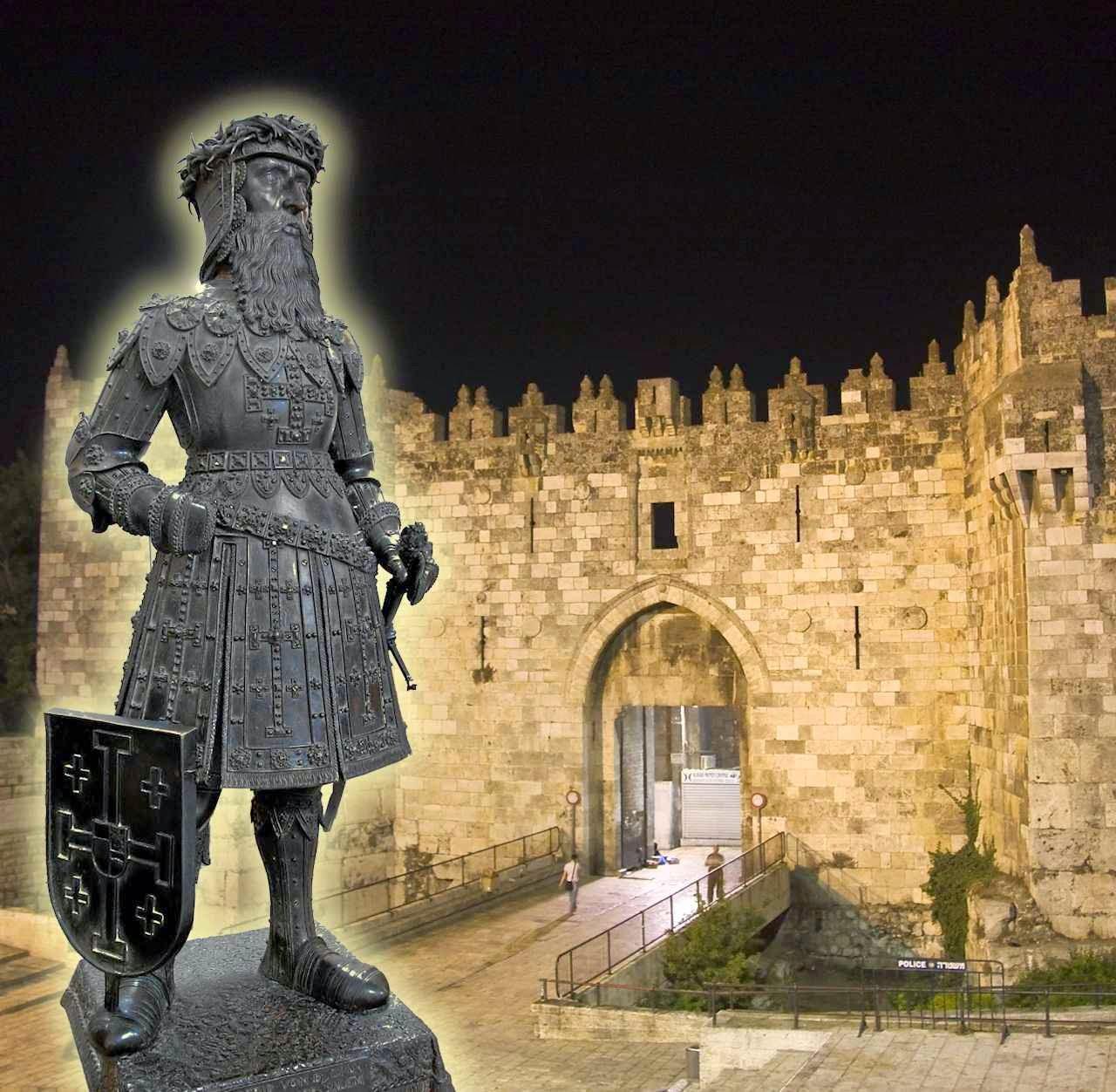 Estátua de Godofredo de Bouillon em Insbruck. Fundo: Porta de Damasco em Jerusalém