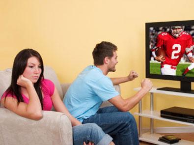 رجل يتابع الرياضو كرة القدم ويتجاهل زوجته - man ignoring woman - man watch tv football sport