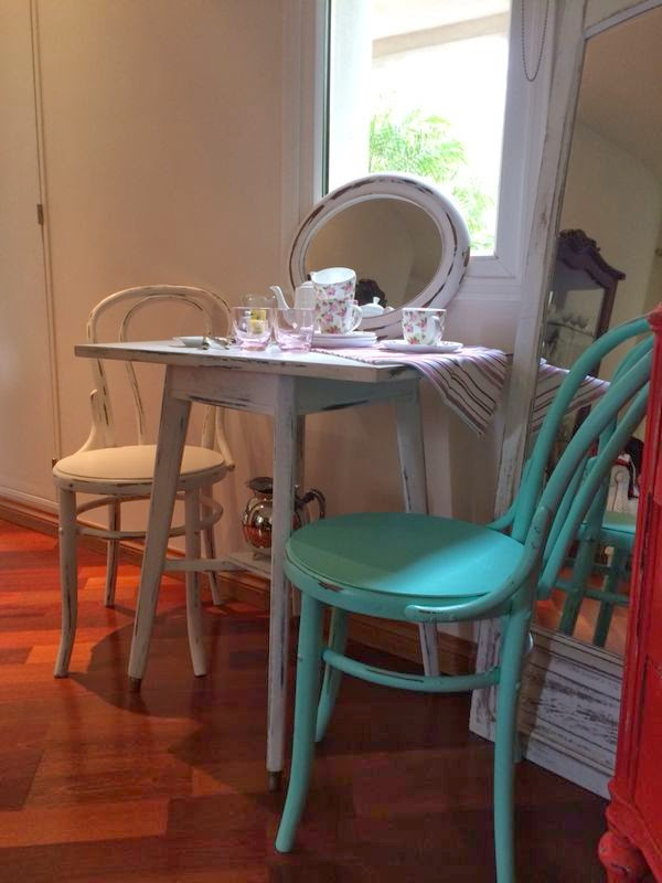 Vintouch muebles reciclados pintados a mano mesa for Sillas blancas vintage