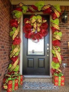 C mo decorar en navidad con guirnaldas de mallas for Puertas decoradas 16 de septiembre