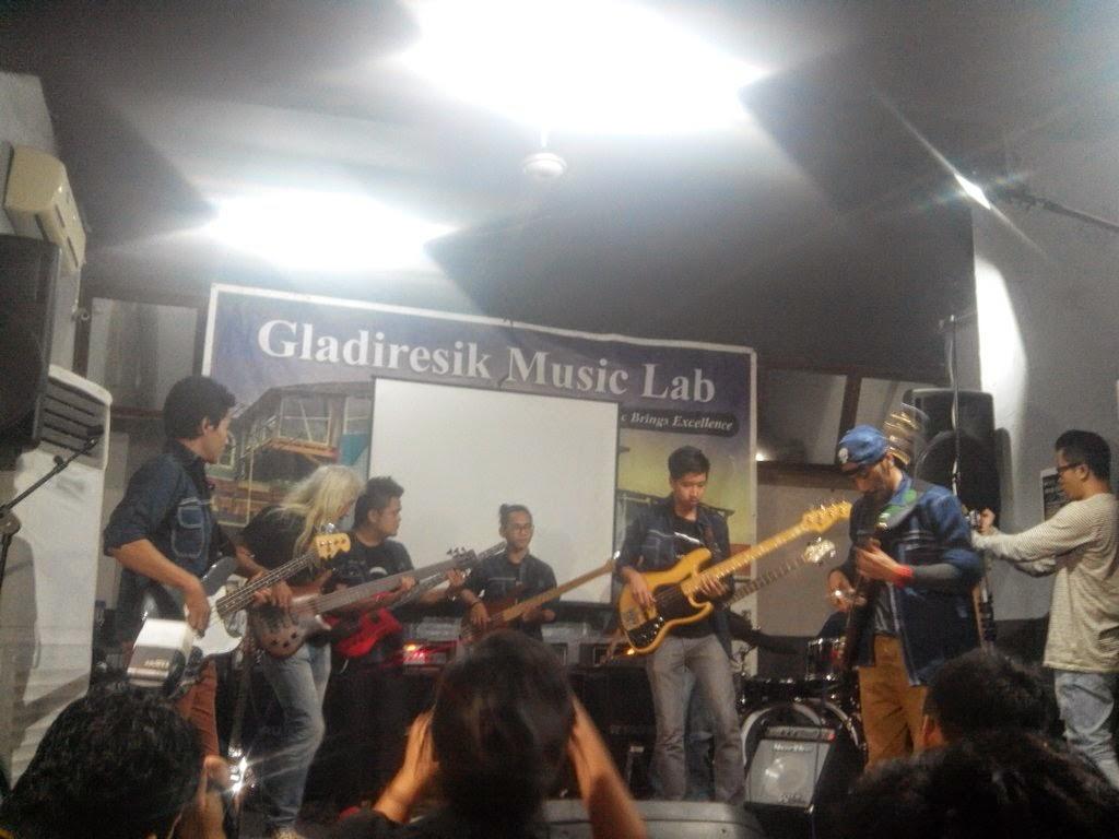 """7 Bassist """"Gladiresik Music Lab"""" Jakarta."""