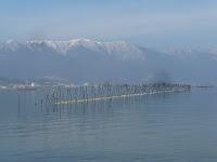 琵琶湖岸、エリ漁と比良の山々。