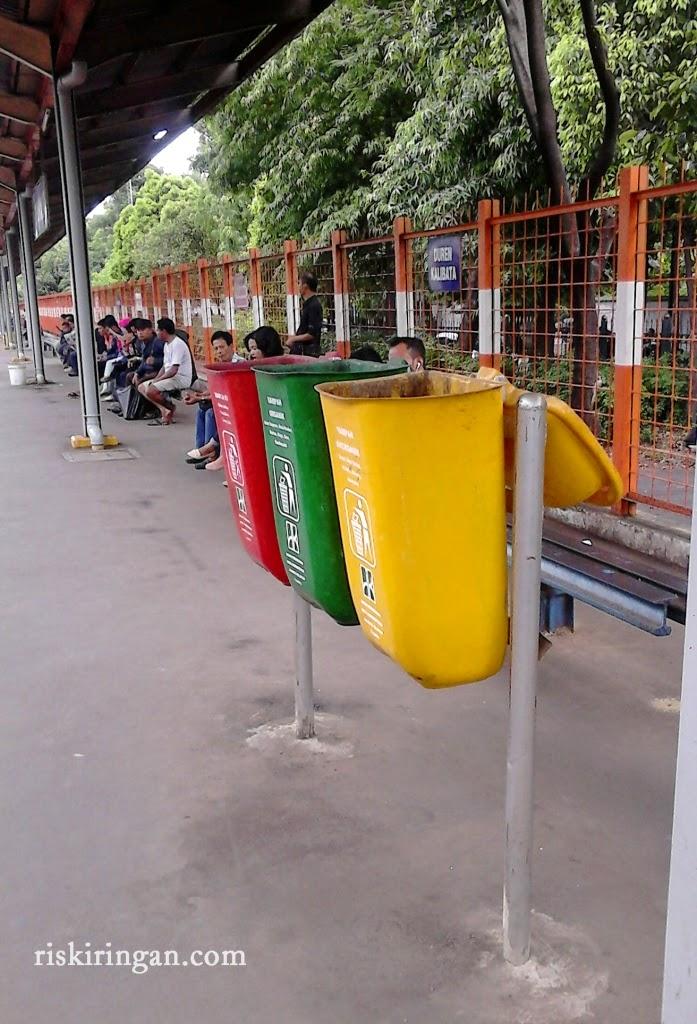 tempat sampah di stasiun commuterline