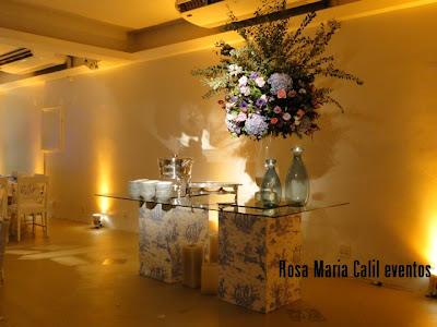 grande arranjo floral, mesa vidro bases forradas, vidros velas azuis