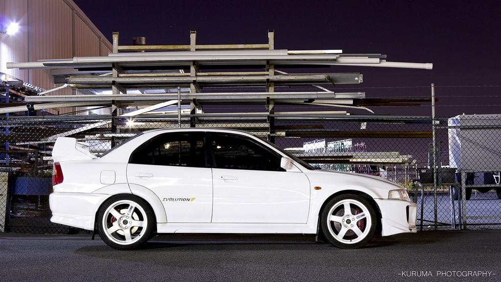Mitsubishi Lancer Evolution V  ,nocna fotografia, samochody nocą, auta po zmroku, wieczorem, mrok, japońskie, motoryzacja, JDM, tuning, zdjęcia, photos, at night, cars, photography