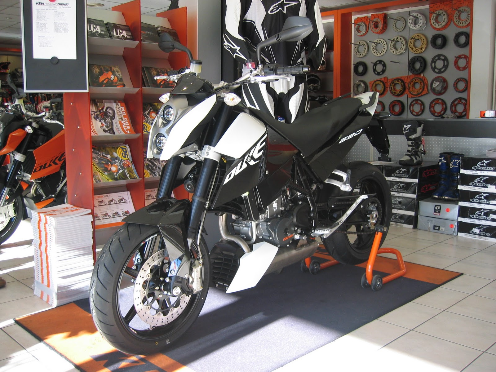 http://2.bp.blogspot.com/-xGKvH37Au0I/TpgfFmCUZmI/AAAAAAAAAfo/AjS7X_IQ6-E/s1600/KTM_690_Duke.JPG
