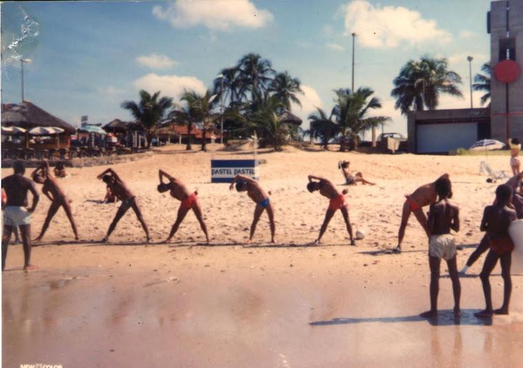 Equipe do serrano treinando na prai de Itapuã, em Salvador, BA