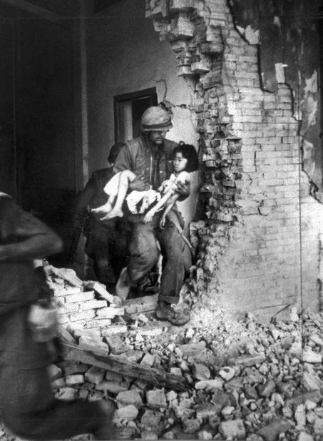 http://2.bp.blogspot.com/-xHUAOhFHuCk/UDHeeEHOpAI/AAAAAAAAAvo/TfKfhZrb66Y/s1600/wounded+Vietnamese+child+from+the+ruins+of+a+home+in+Hue.jpg