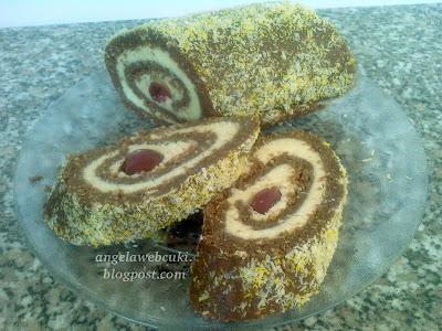 Meggyes rumos keksztekercs kókuszkrémmel, kávéval és baracklekvárral, sütés nélküli, tejtermék mentes sütemény.