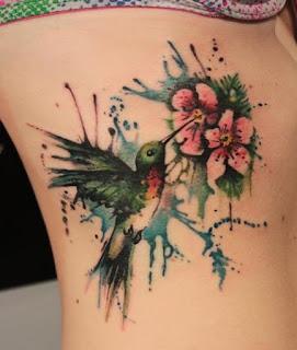 Tatuagem aquarela de beija-flor