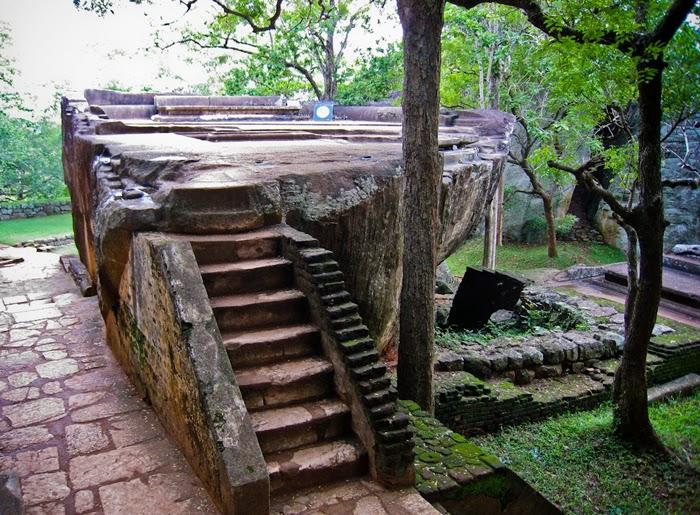 Вид на зал для приемов Сигирия, каменный трон вырезан гранитной скале целиком