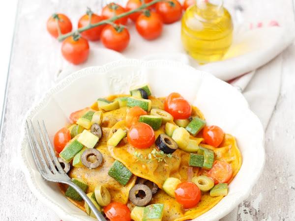 Girasoli vegani alle verdure grigliate con ratatouille mediterranea di zucchine, olive e pomodorini