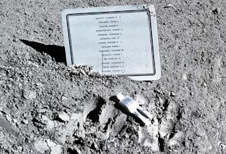 patung di permukaan bulan