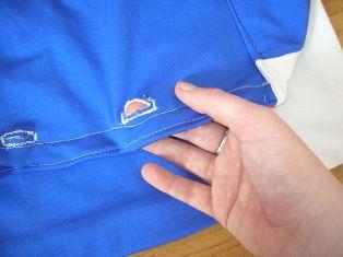 2 buah lubang kancing sebagai pengunci cover tas