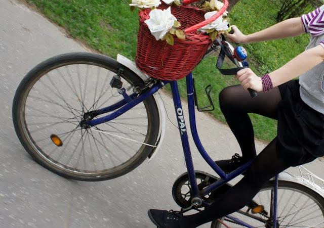 koszyk rowerowy na kierownicę z kwiatami