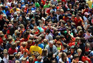2000 طفل يقتحمون معسكر منتخب اسبانيا