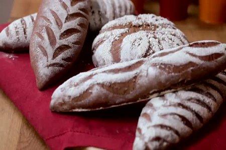 خبز أسمر بالعسل الأسود والخروب