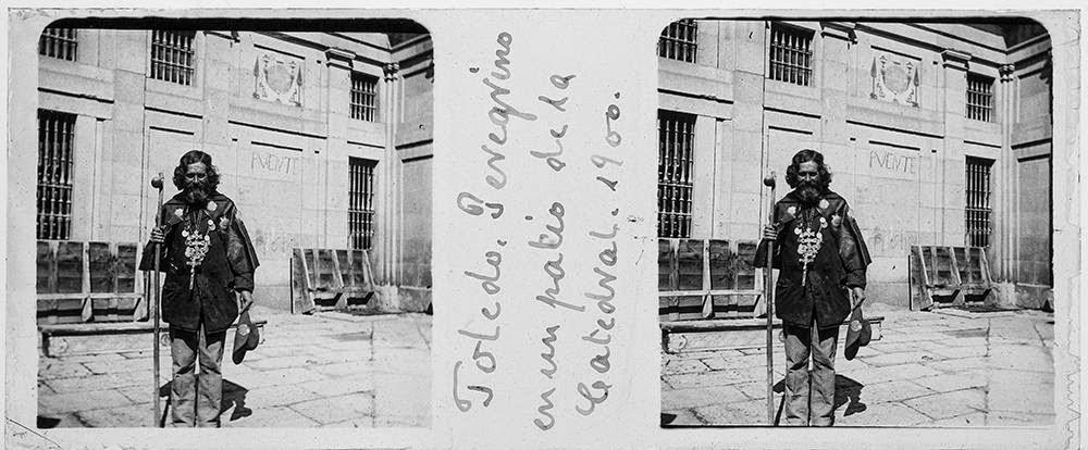Toledo: Peregrino en un patio de la Catedral (1900)