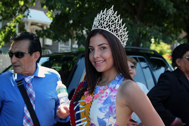 imagenes del desfile ecuatoriano de Queens New York - hermosa reina ecuatoriana