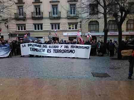 manifestantes con pancarta