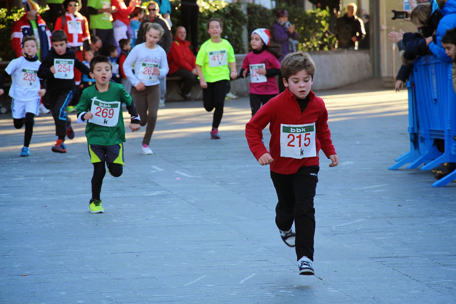 Cientos de niños se suman a la fiesta de la carrera popular San Silvestre de Barakaldo