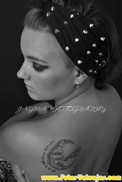 Tatuaje de luna y estrellas en la espalda