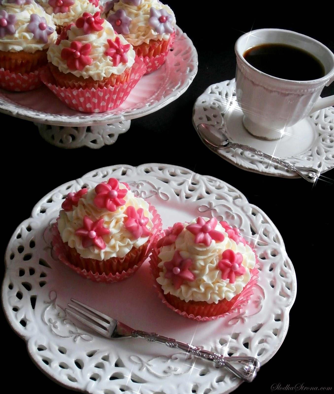 Babeczki z Kremem z Białej Czekolady (z Kwiatuszkami) - Przepis - Słodka Strona